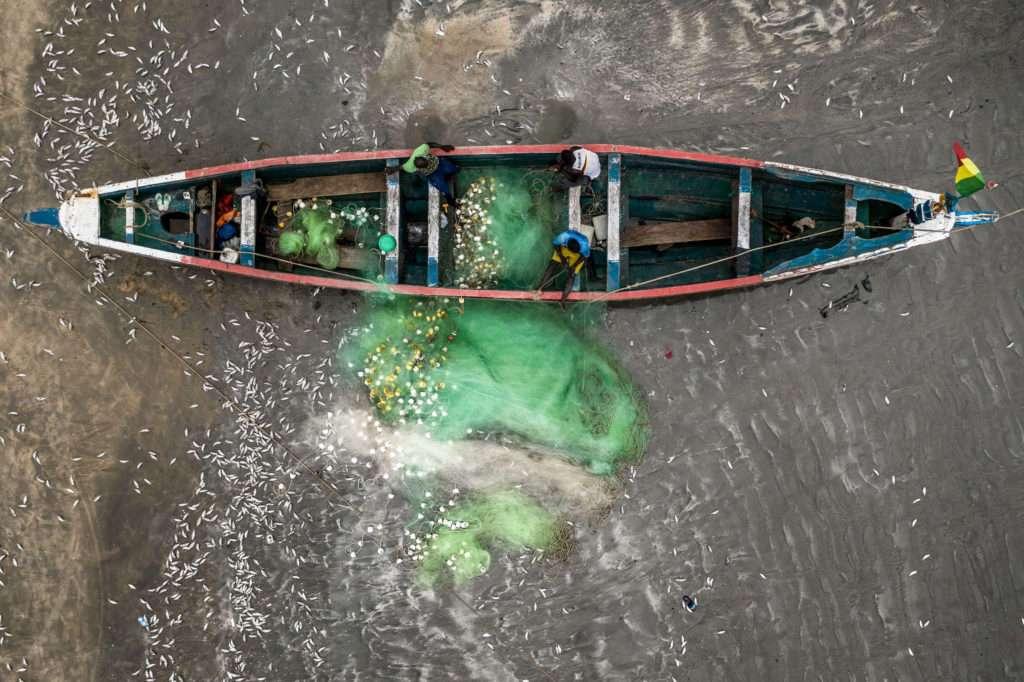 Luftaufnahme-gambisches-Fischereiboot