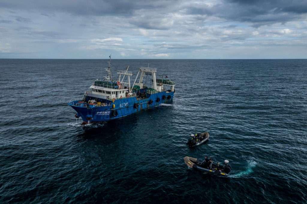 Sea-Shepherd-Schnellboote-neben-chinesischem-Fischereiboot