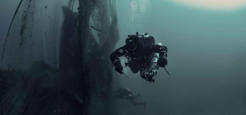 Taucher bei Bergung von Geisternetzen im Meer