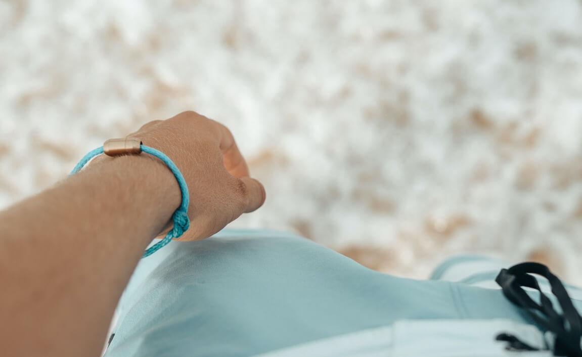 blaues bracenet am handgelenk