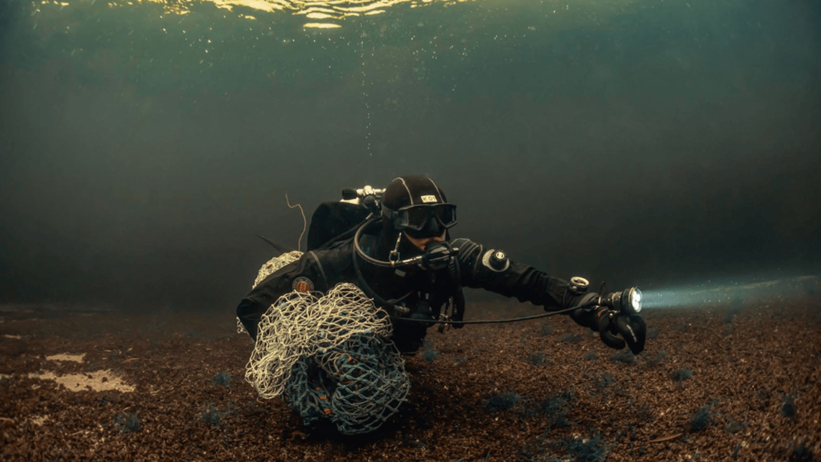 diver recovers ghost net