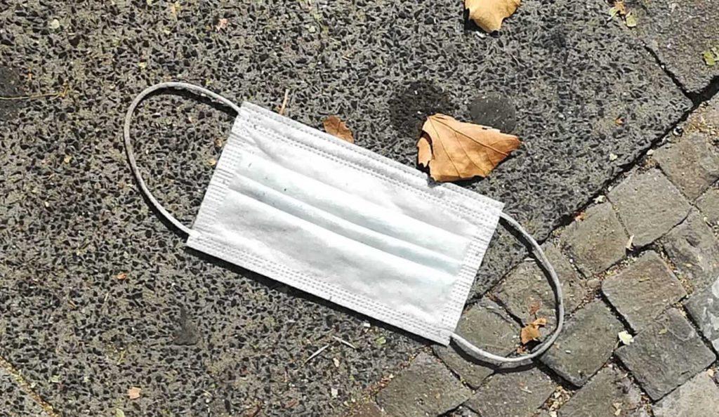 Einweg-Alltagsmasken vermuellen Straßen